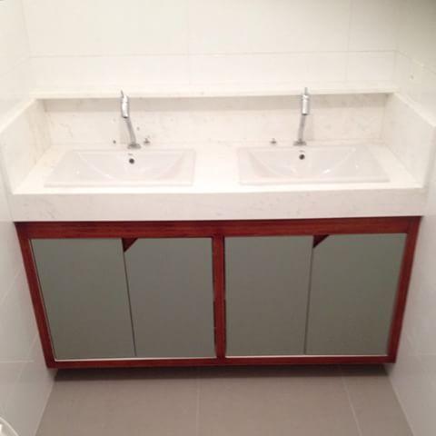 banheiro com bancada dupla e armário de compensado naval