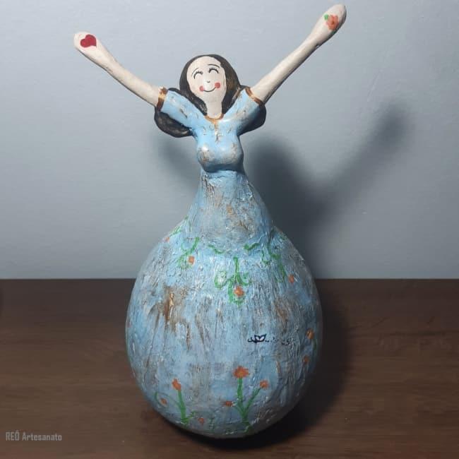 escultura feita de colagem de papeis