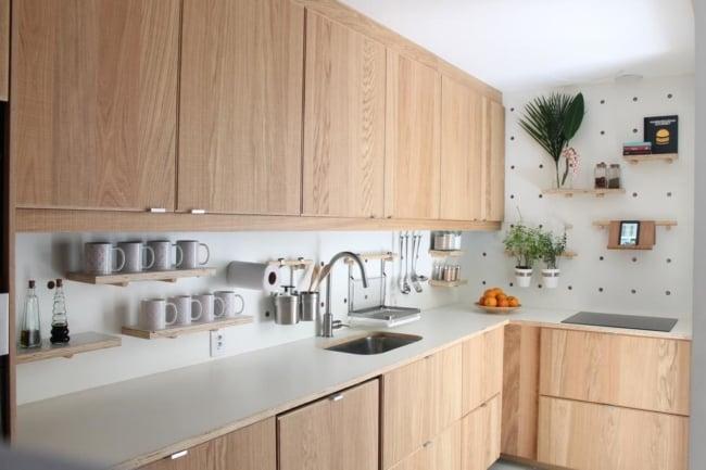 cozinha com armários planejados de compensado naval