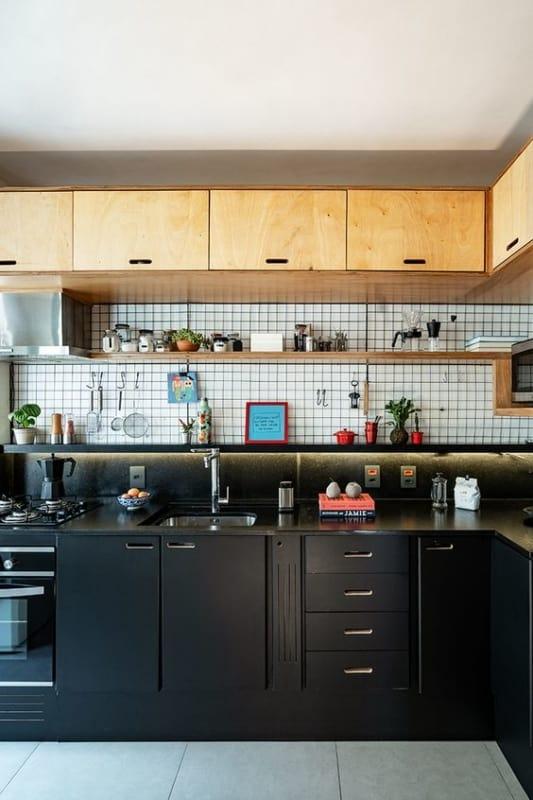 cozinha preta com armários de compensando naval