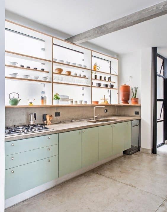 cozinha com armários de compensado naval revestidos de fórmica