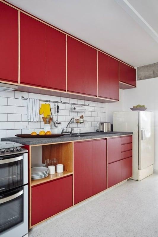 cozinha vermelha com armários de compensado naval revestidos de fórmica