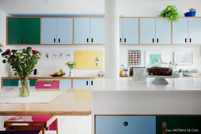 cozinha com armários coloridos em compensado naval