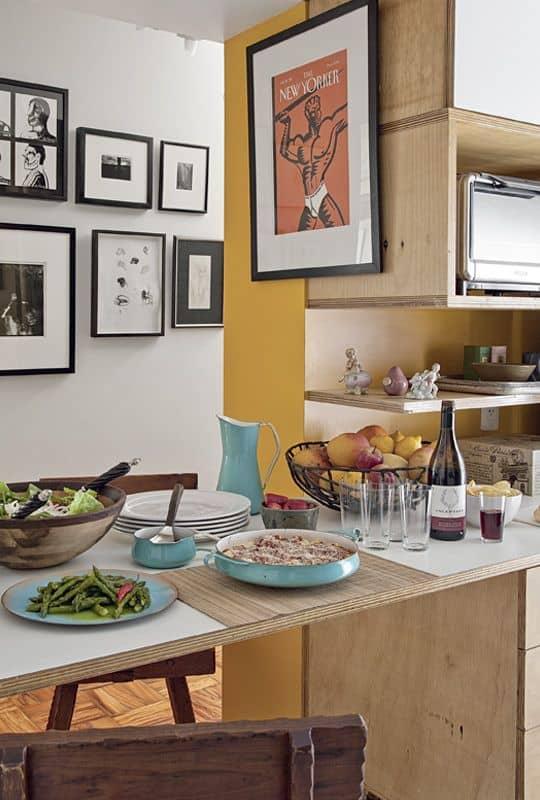 cozinha com mesa de compensado naval