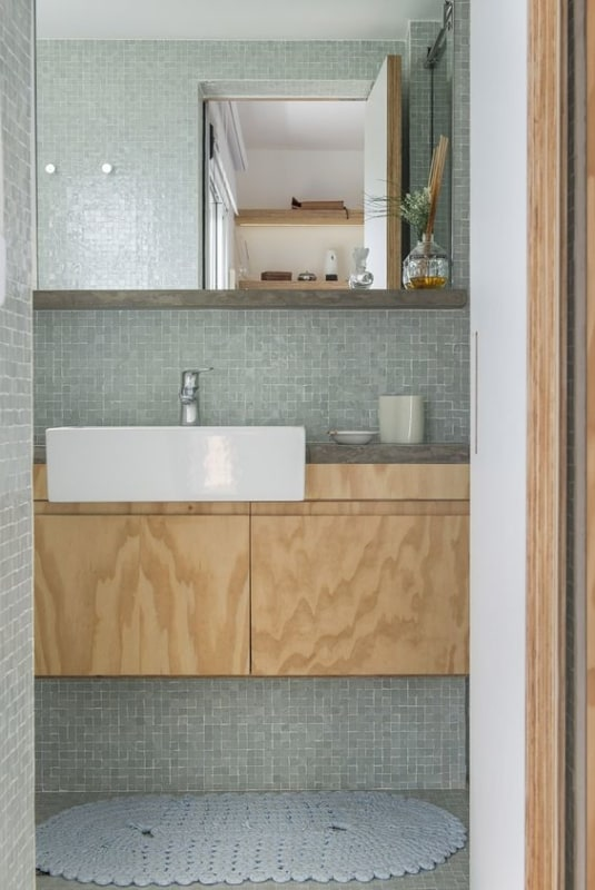 banheiro com móvel de compensado naval sem revestimento