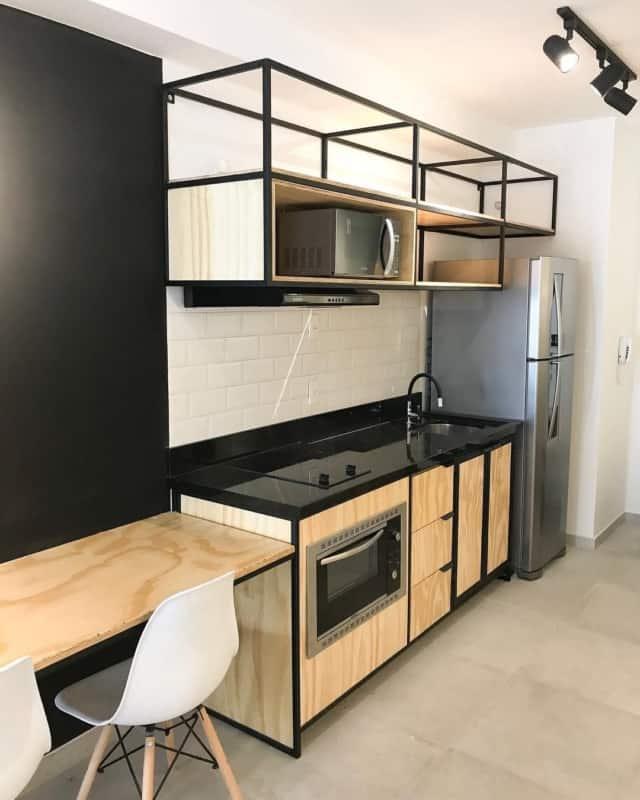 cozinha industrial com armários de compensado naval