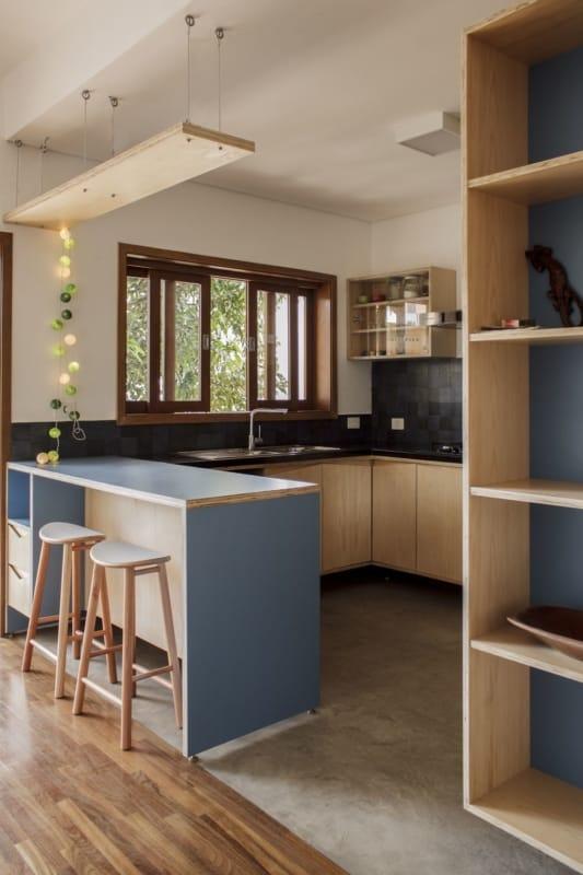cozinha integrada com móveis de compensado naval