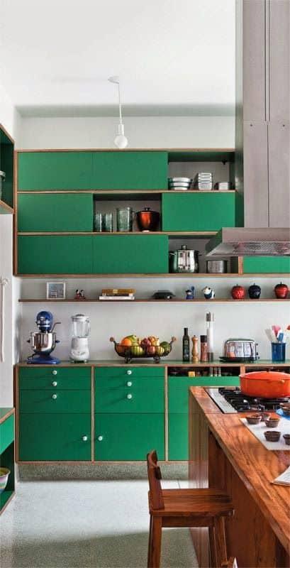 cozinha verde com armários de compensado naval