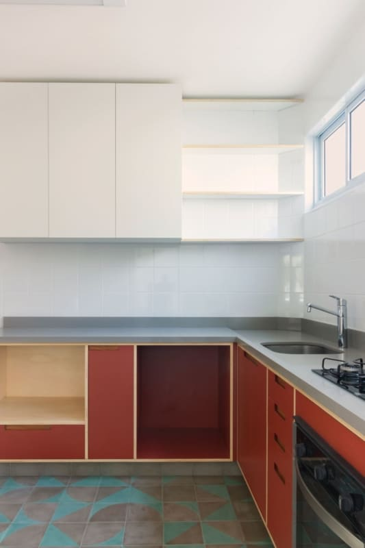 cozinha planejada com armários de compensado naval