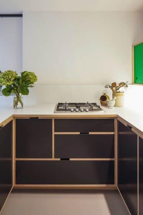 36 cozinha pequena com armários de compensado naval preto