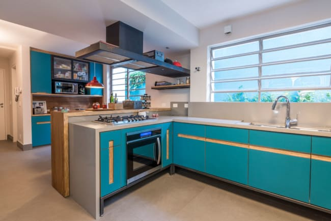 37 cozinha moderna e azul com armários de compensado naval