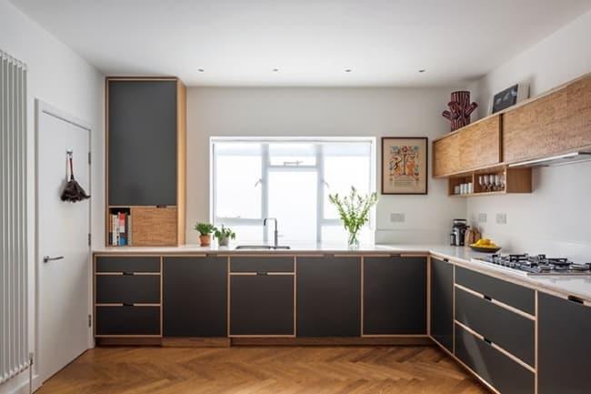 cozinha com armários pretos de compensado revestidos de fórmica