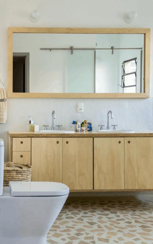 banheiro simples com bancada de compensando naval