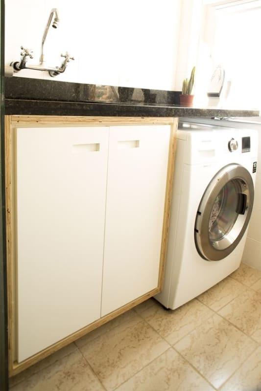 lavanderia com armário de compensado naval