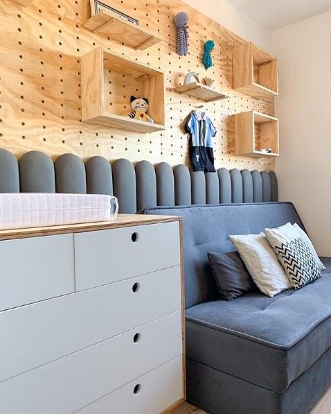 quarto de bebê com móveis de compensado naval