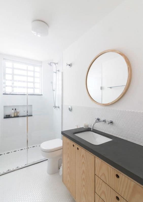 banheiro com móvel de compensado naval