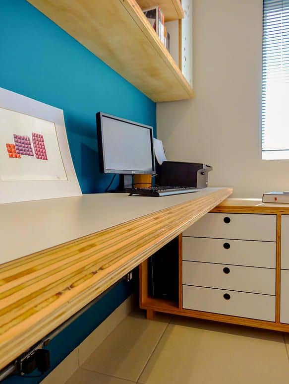 home office com móveis de compensado naval