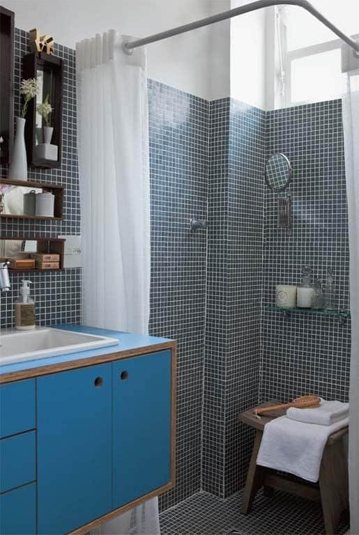 banheiro com armário azul de compensado naval
