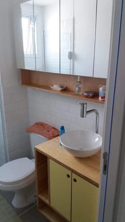 gabinete de banheiro com bancada de compensado naval