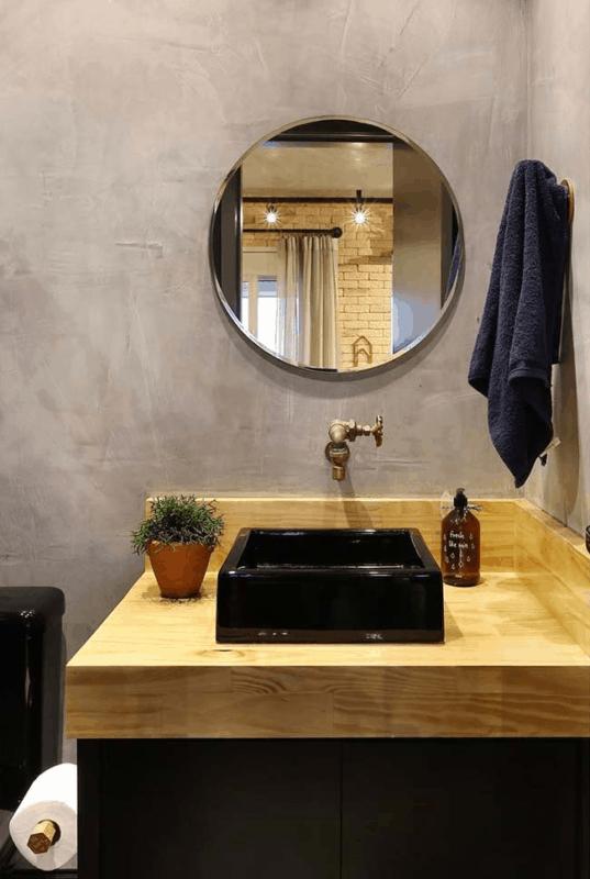 banheiro moderno com bancada de madeira em compensado naval