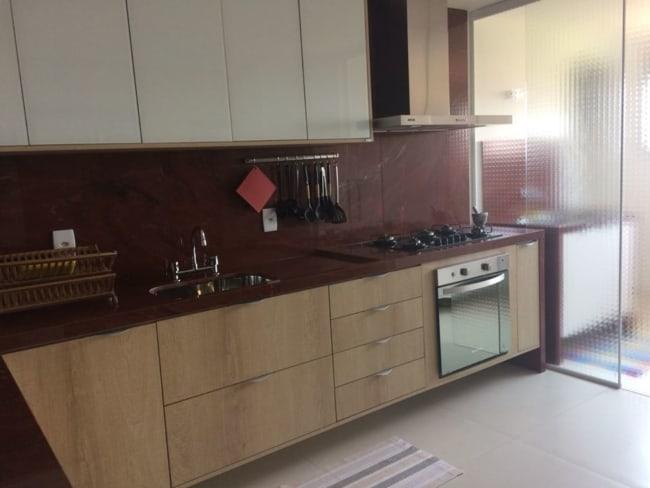 Bancada da cozinha com granito vermelho