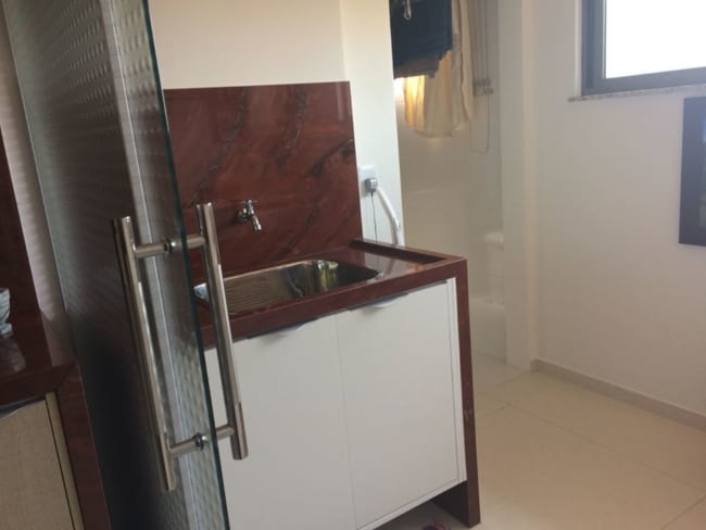 Gabinete do banheiro com granito vermelho