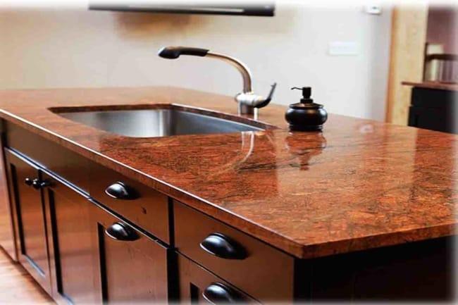 Granito vermelho na pia da cozinha