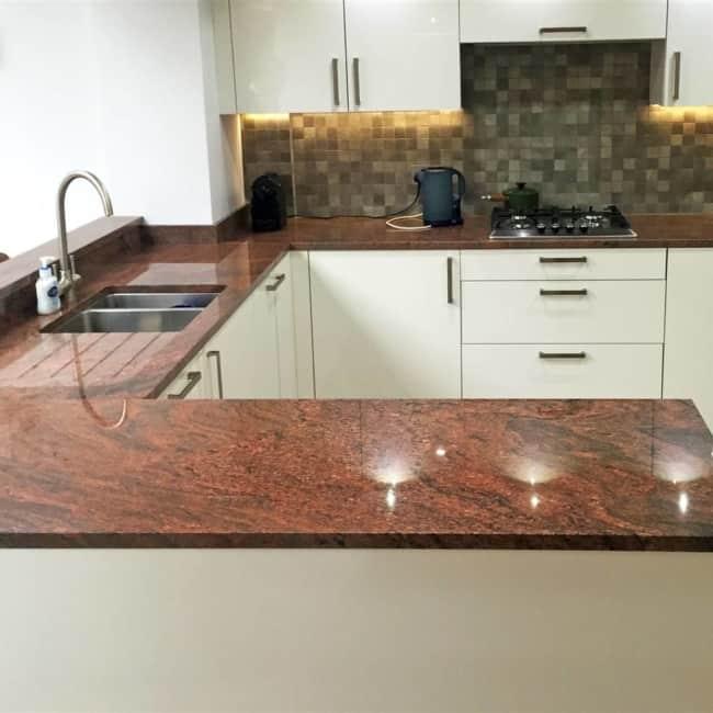 O granito é uma pedra super resistente e duradoura e são boas opções para ambientes úmidos