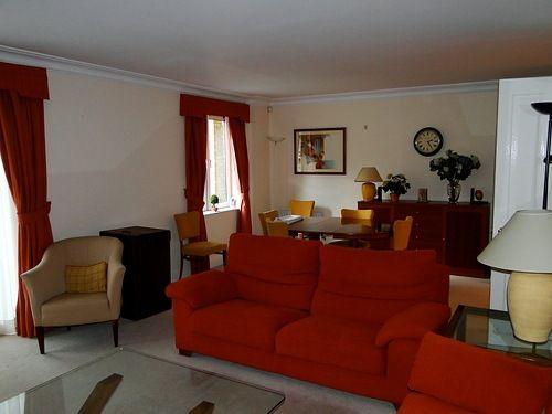 cortina e sofa vermelho