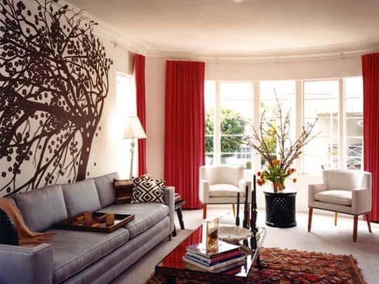 cortina vermelha em sala grande