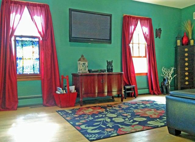 cortina vermelha no quarto verde