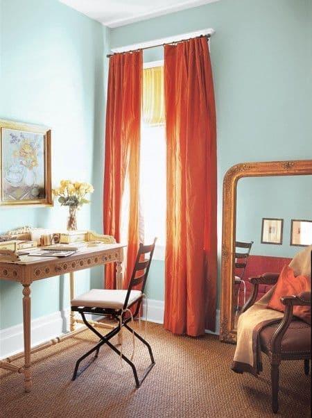 quarto com cortinas vermelhas
