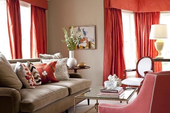 sala com cortina vermelha