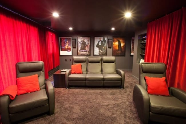 sala preta com cortina vermelha
