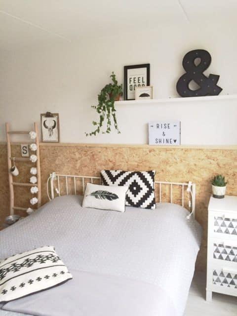 quarto decorado com painel de OSB