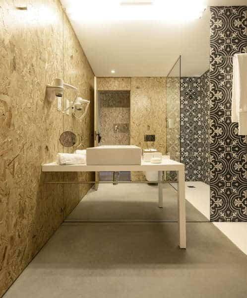 banheiro moderno com parede de OSB