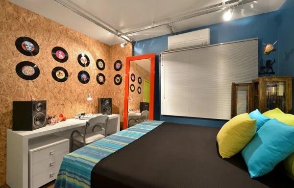 quarto moderno com parede de OSB