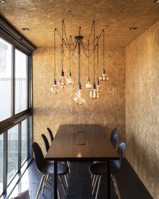 sala de jantar com paredes em OSB