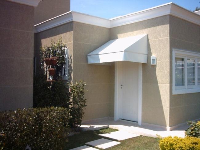 casa com toldo fixo na porta principal