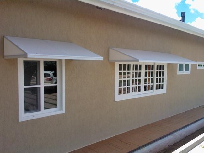 janelas com toldo fixo branco