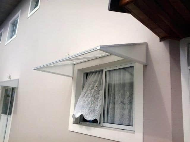 janela com toldo fixo de policarbonato