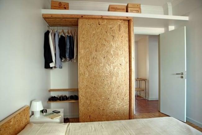 quarto com porta correr de OSB no armario