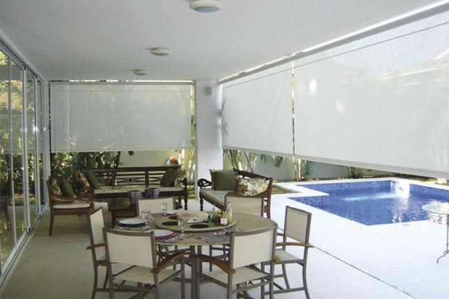 varanda com toldo vertical branco