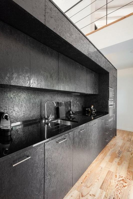 cozinha preta com armarios de OSB pintados