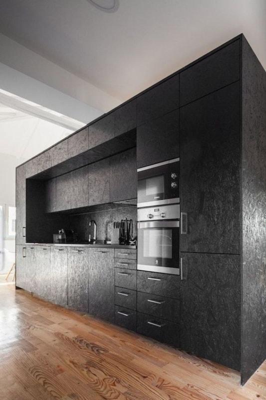 cozinha com armarios de OSB pintados de preto