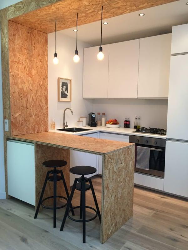 cozinha com bancada em OSB