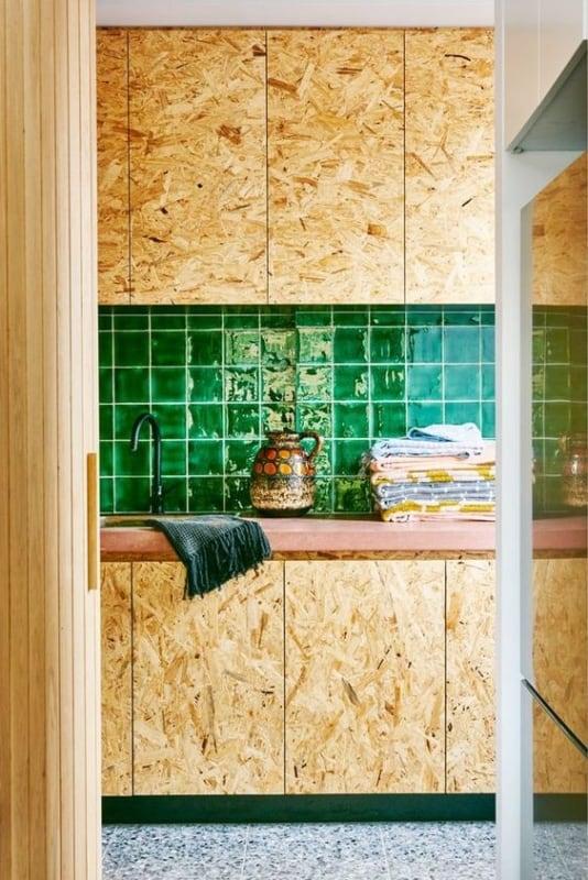 cozinha verde com armarios em OSB