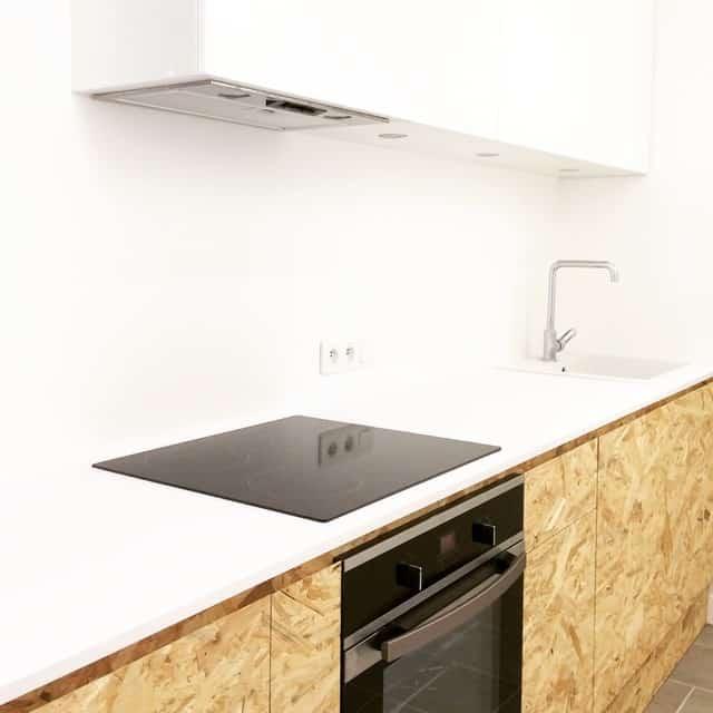 cozinha com armarios em OSB e bancada branca