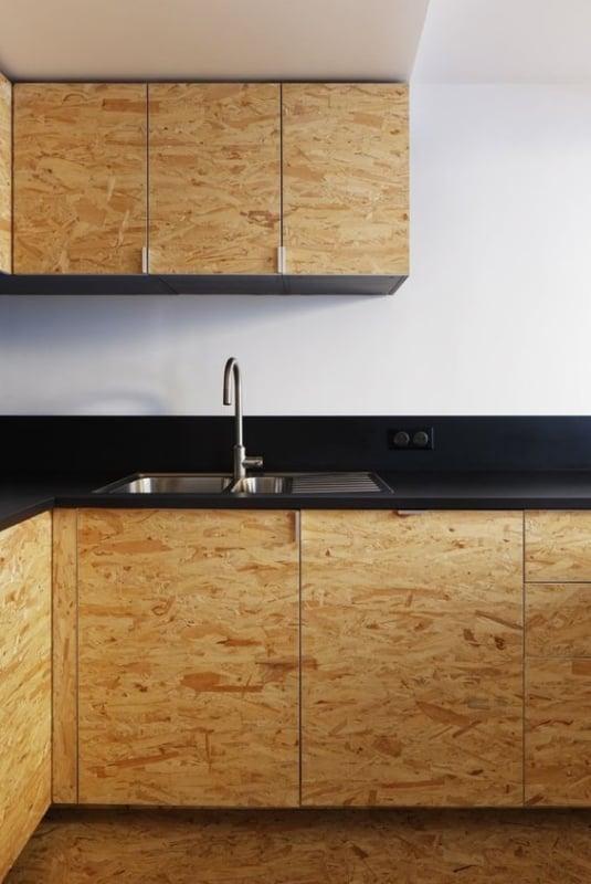 cozinha com armarios em OSB e bancada preta