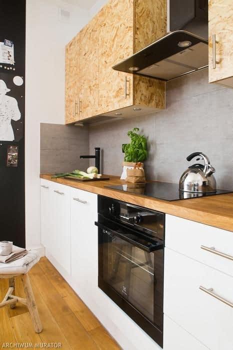cozinha com armarios aereos em OSB